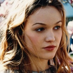 Julia Stiles Net Worth|Wiki: know her earnings, career, Lifestyle, Movies